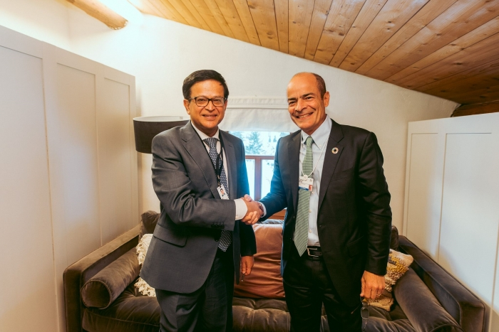 Президент AB InBev Карлос Бріто (Carlos Brito) і виконавчий директор UNITAR Ніхіл Сет (Nikhil Seth) на Всесвітньому економічному форумі 2020 у Давосі, Швейцарія